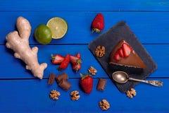 Bolo e ingrediente em uma tabela de madeira azul Fotografia de Stock Royalty Free