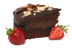 Bolo e morango de chocolate fotografia de stock royalty free
