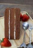 Bolo e morango de chocolate Imagens de Stock Royalty Free