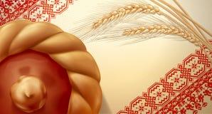 Bolo e orelhas do trigo de uma padaria na toalha Imagem de Stock Royalty Free