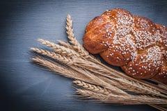 Bolo e orelhas doces do trigo Fotografia de Stock Royalty Free