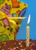 Bolo e presente de aniversário Fotos de Stock Royalty Free