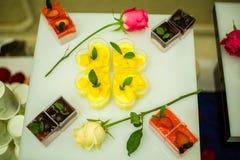 Bolo e rosas foto de stock royalty free