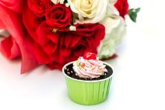 Bolo e rosas de chocolate no fundo branco Fotografia de Stock