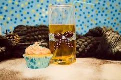 Bolo e um vidro da água Foto de Stock Royalty Free