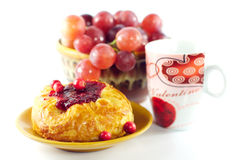 Bolo e uvas doces Imagens de Stock Royalty Free