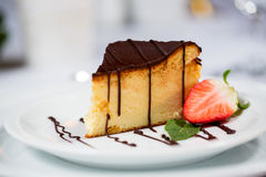 bolo em uma placa Fotos de Stock
