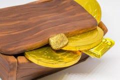Bolo fechado da arca do tesouro com moedas do chocolate fotos de stock royalty free
