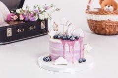 Bolo francês da musse coberto com o esmalte lilás na tabela Sobremesa europeia moderna roxa com decoração do fruto Imagens de Stock