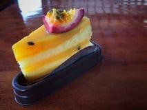Bolo fresco do fruto de paixão foto de stock