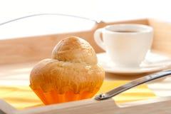 Bolo frito francês e chávena de café branca Fotos de Stock Royalty Free