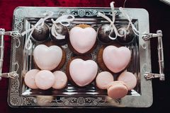 Bolo Heart-shaped O coração delicioso bonito deu forma a bolos, cor cor-de-rosa Doces brilhantes, doce imagens de stock royalty free