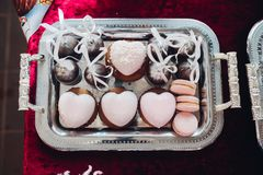 Bolo Heart-shaped O coração delicioso bonito deu forma a bolos, cor cor-de-rosa Doces brilhantes, doce fotos de stock royalty free