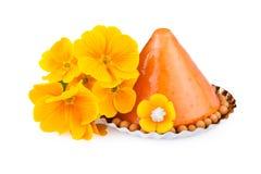 Bolo Jelly Dessert com as flores amarelas no branco imagens de stock royalty free
