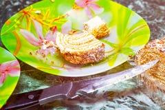 bolo Metade-comido na placa imagens de stock royalty free