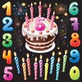 Bolo, números e fogo-de-artifício do feliz aniversario Fotografia de Stock Royalty Free