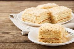 Bolo Napoleon da pastelaria de sopro com creme de leite imagens de stock royalty free