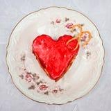 Bolo no formulário de um coração Fotografia de Stock Royalty Free