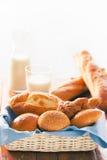 Bolo, pão e croissant na cesta com efeito da cor Fotografia de Stock