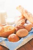 Bolo, pão e croissant na cesta para o café da manhã com efeito da cor Imagem de Stock