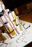 Bolo panado com gelado e fruto Imagens de Stock Royalty Free