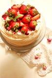 Bolo Pavlova com morangos frescas fotografia de stock
