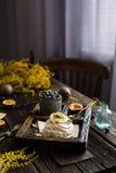 Bolo Pavlova da merengue imagens de stock