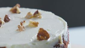 Bolo que decora nozes As mãos da pastelaria decoram o bolo video estoque
