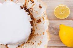 Bolo recentemente cozido do limão com crosta de gelo branca e os limões frescos Imagens de Stock Royalty Free