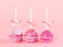 Bolo romântico do PNF cinco com a geada cor-de-rosa no fundo cor-de-rosa imagens de stock