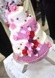 Bolo roxo com rosas Fotografia de Stock Royalty Free