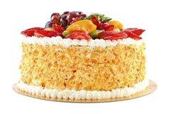 Bolo saboroso com os frutos, isolados no fundo branco Imagens de Stock Royalty Free