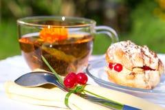 Bolo saboroso do chá no pano branco Fotografia de Stock