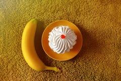 Bolo saboroso em um fundo verde com banana Fotografia de Stock Royalty Free