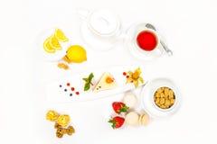 Bolo servido com frutos frescos Imagem de Stock Royalty Free