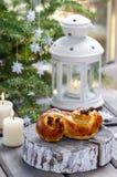 Bolo sueco tradicional no ajuste do Natal. Um bolo do açafrão Fotografia de Stock Royalty Free