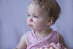 Bolo sujo comer da menina Fotografia de Stock