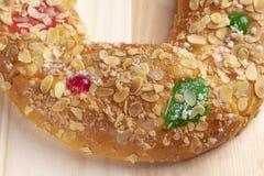 Bolo típico espanhol Roscon de Reyes do esmagamento em um fundo de madeira fotografia de stock