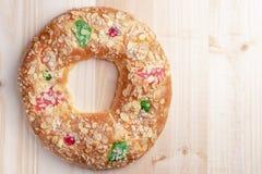 Bolo típico espanhol Roscon de Reyes do esmagamento em um fundo de madeira imagem de stock royalty free