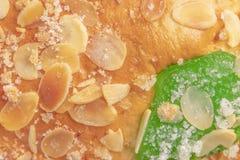 Bolo típico espanhol Roscon de Reyes do esmagamento, fundo imagens de stock