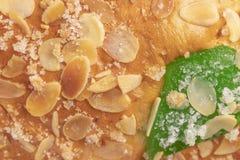 Bolo típico espanhol Roscon de Reyes do esmagamento, fundo imagem de stock royalty free