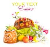 Bolo tradicional da Páscoa e ovos pintados coloridos imagem de stock