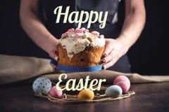 Bolo tradicional da Páscoa e ovos e texto coloridos no estilo rústico Cartão do feriado imagem de stock