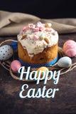 Bolo tradicional da Páscoa e ovos e texto coloridos no estilo rústico em um fundo escuro Cartão do feriado foto de stock royalty free