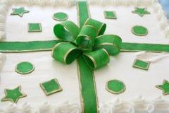 Bolo verde do presente fotografia de stock royalty free
