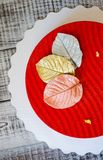 Bolo vermelho da musse de veludo com folhas do chocolate Fotografia de Stock