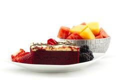 Bolo vermelho delicioso de veludo com bagas e bacia de melões do verão Imagens de Stock