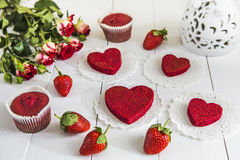 Bolo vermelho sem ` vermelho de veludo do ` de creme em uma tabela de madeira branca, decorada com morangos, rosas e o vaso a céu Fotografia de Stock