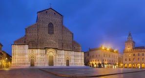 Bologna - basilikan di San Petronio, Palazzo Comunale och piazzaMaggiore fyrkant i morgonskymning royaltyfria bilder