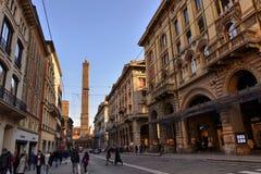 Bologna, Emilia Romagna, Italië December 2018 De Asinelli-toren komt via Rizzoli duidelijk uit stock afbeeldingen